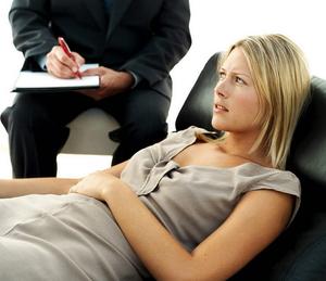 Психолог может помочь больному ипохондрией с помощью беседы, гипноза или самовнушенния